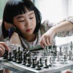 Anak bermain catur
